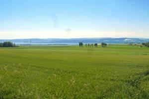 Vue champs, lac et Alpes
