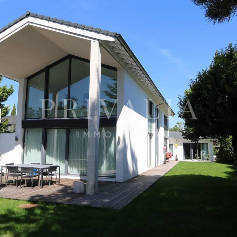 Une Magnifique Maison Divisée Par Un Atrium De Jardin Couvert