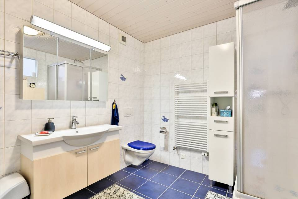 Appartement 4,5 pièces : salles bains avec baignoire et douche