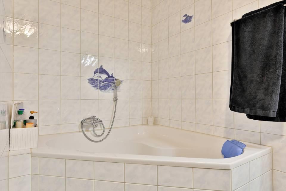 Baignoire d'angle dans salle de bains