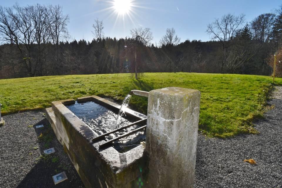 La fontaine alimentée par l'eau de source