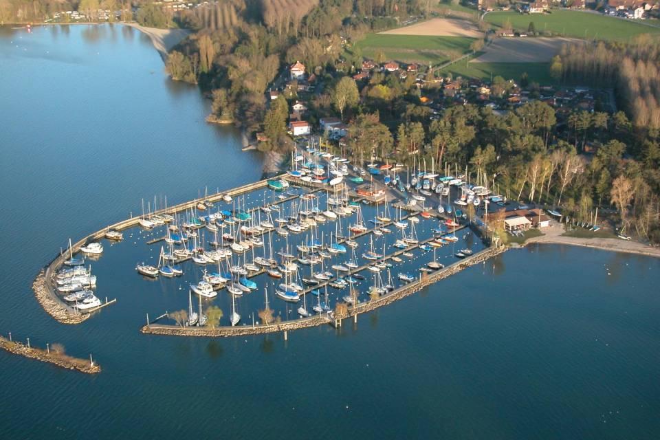 Niché au cœur d'une magnifique pinède, le port d'Yvonand propose 500 places à seulement 2km du centre du village.