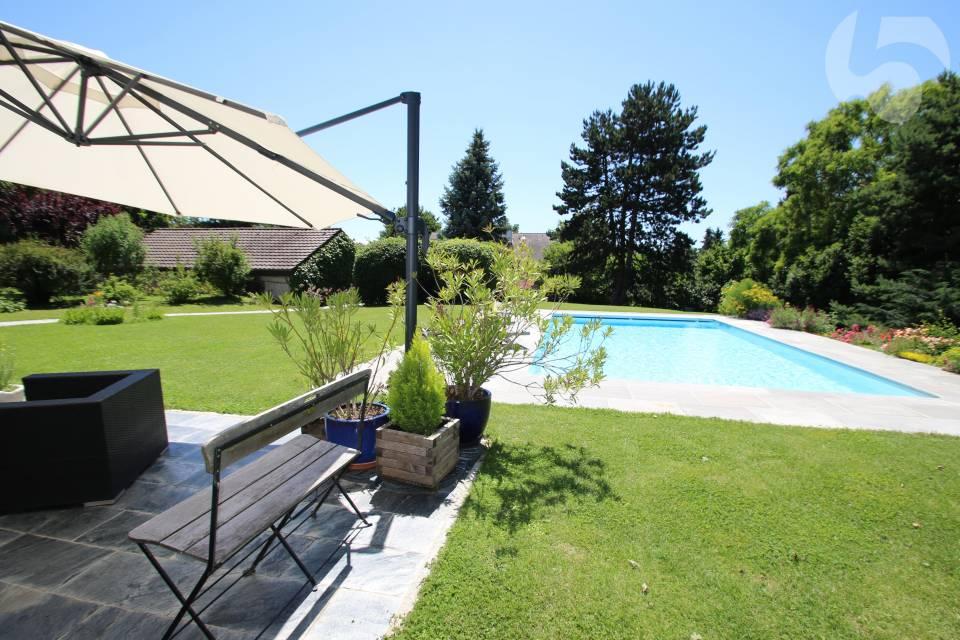 Magnifique propriété de 1500 m2 avec dess nombreuses esapèces d'arbres et d'arbustes offrant une parfaite intimité