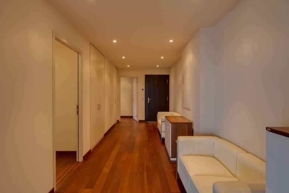 Spacieux hall d'entrée avec armoire encastrée