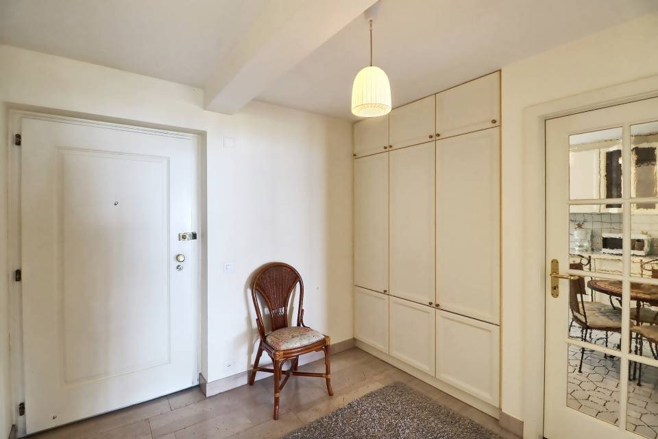 ENTRANCE HALL WITH INTEGRATED CABINETS