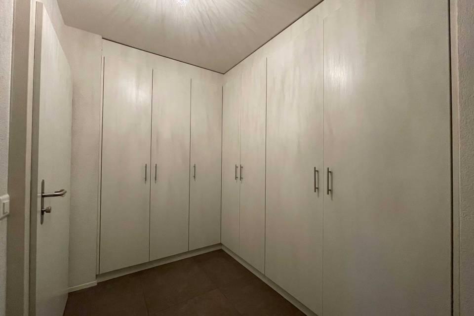 Hall d'entrée avec armoires murales