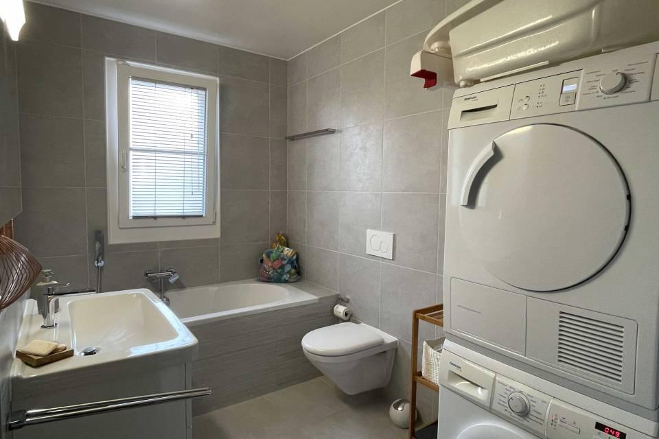 Salle de bains complète attenante à chambre principale