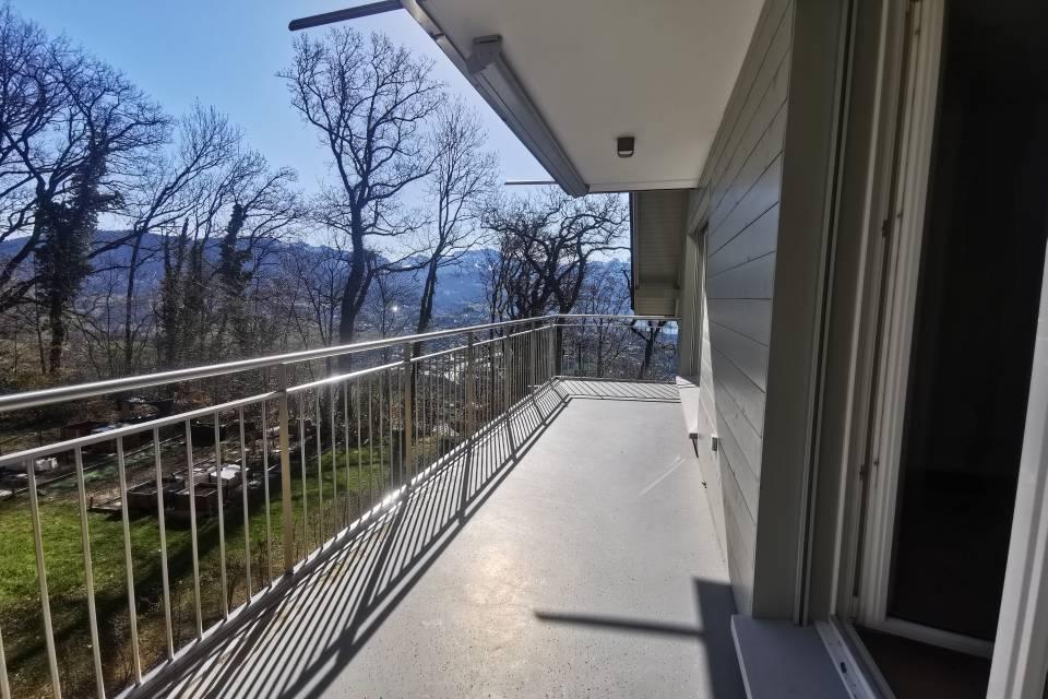 Balcon avec vue magnifique sur le lac et les montagnes
