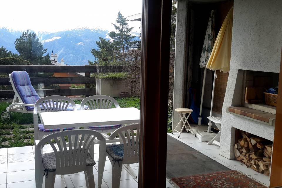 Terrasse avec cheminée extérieure