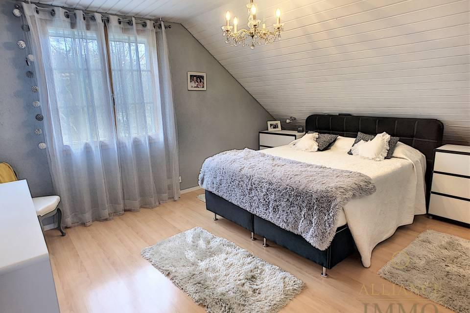Une chambre à coucher au 1er côté nord-est